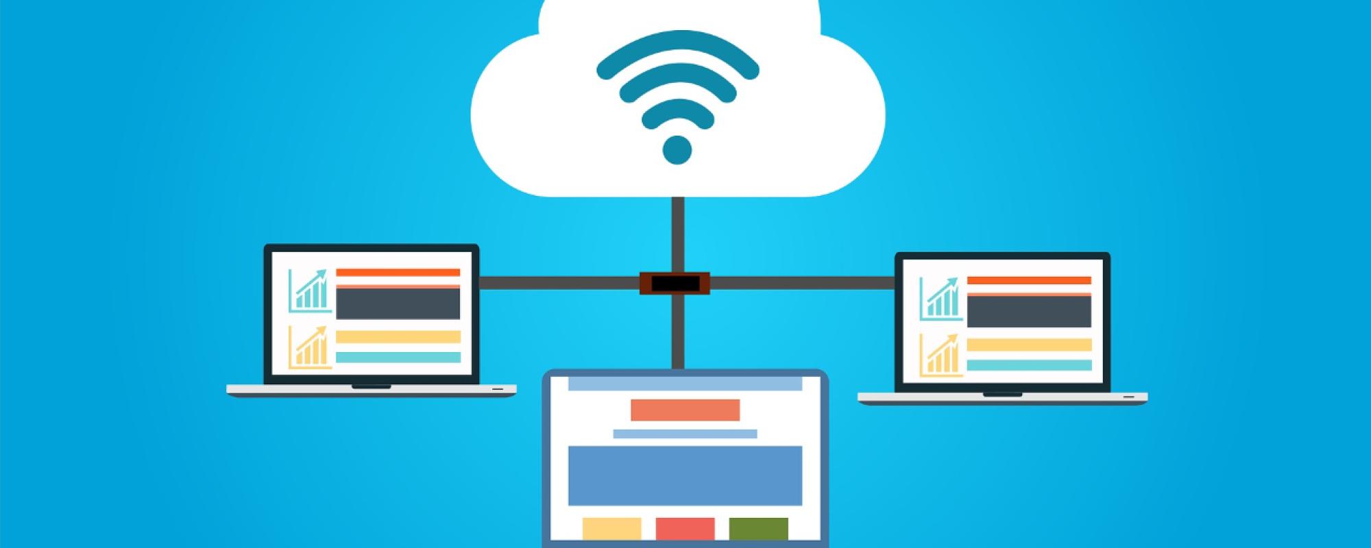Drei Laptops, die mit einander an einer Cloud verbunden sind.