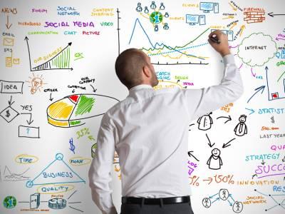 Ein Mann, der vor einem Whiteboard steht und ein Diagramm zeichnet.
